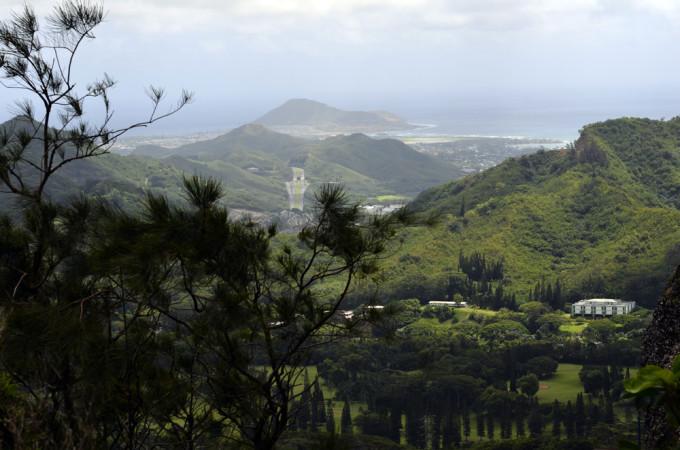 从这里登高而望,岛东北平原的风景一览无余,从陡峭悬崖上望去,柯劳