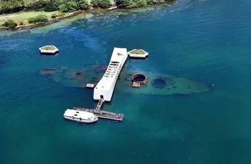 开始:机场出发、或者酒店出发,导游来接 前往二次世界大战著名的战场珍珠港地处瓦胡岛南岸的科劳山脉和怀阿奈山脉之间平原的最低处,与唯一的深水港火奴鲁鲁港相邻,是美国海军的基地和造船基地,也是北太平洋岛屿中最大最好的安全停泊港口之一,一般的民用船舶及外国舰船无美国海军部特殊许可是不得进入的。偷袭珍珠港事件是1941年12月7日清晨,日本联合舰队的飞机和微型潜艇突然袭击美国海军基地珍珠港以及美国陆军和海军在夏威夷瓦胡岛上的飞机场的事件。此外,电影《虎,虎,虎(电影)》《珍珠港》就是以此事件为背景所拍摄,电影原