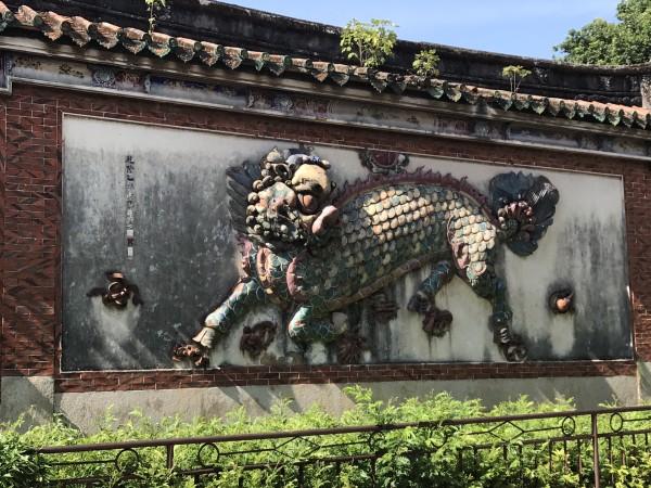 浮雕内容主要为麒麟,鹿,鹤以及松梅等中国传统文化的元素符号,却又