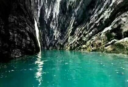 到达恩施土家族苗族自治州鹤峰县,游玩中国仙本娜之称的屏山峡谷,品