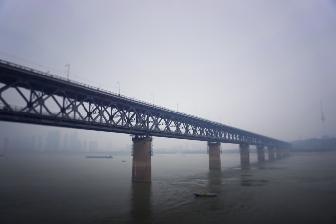 平台和大桥中间的火车道平行