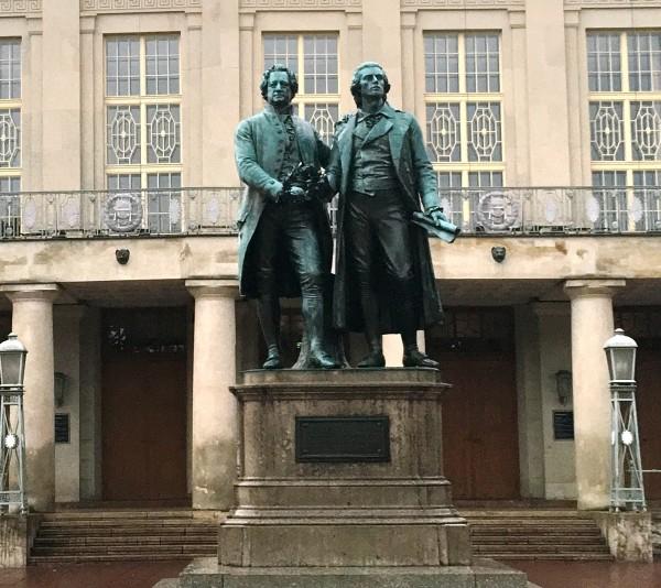 国家歌剧院前的歌德/席勒雕像.