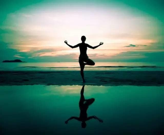 """""""瑜伽""""这词来自梵文的译音(yoga),意思是""""连接,统一""""."""