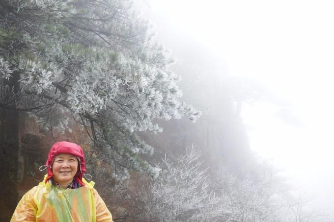 游览黄山是多年的愿望,直到2017年的3月才有机会得偿夙愿。3月我们报名参加了黄山的大自然太极拳班,准备提前出发游览黄山及周边。虽然在黄山景区只安排了两天的行期但为了不虚此行事先还是做了许多功课。黄山景区大致分为三大部分:前山、后山和西海大峡谷,而西海大峡谷每年冬天会关闭直到次年的 4月1日才开放,我们只能把黄山景区的游览放在月底学习班结束之后,但4月2日就是清明小长假,我们还要刻意避开,所以留给我们的窗口期就只有3月31日和4月1日了。 时间确定后我们提前预定了汤口(景区南大门)和山顶的宾馆,接下来就要