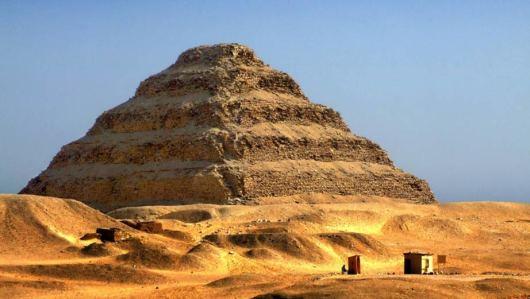这里其实是由多个金字塔和庙宇组成的建筑群,阶梯金字塔是其中最有名