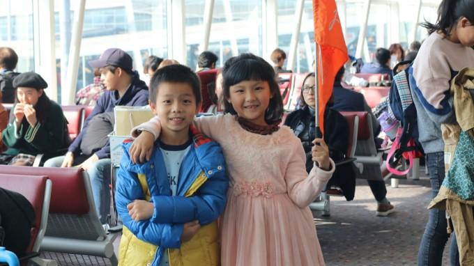 第一次坐飞机的小朋友很是兴奋