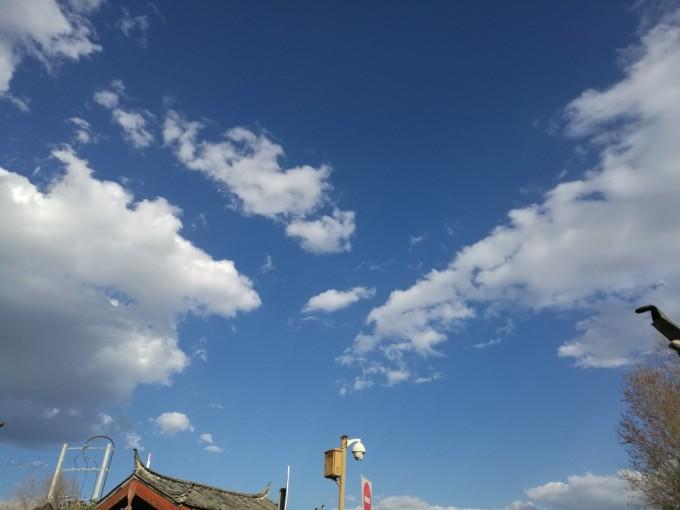 24日下午我们搭乘的飞机降落在丽江机场,甫一落地便觉空气清冽,视野