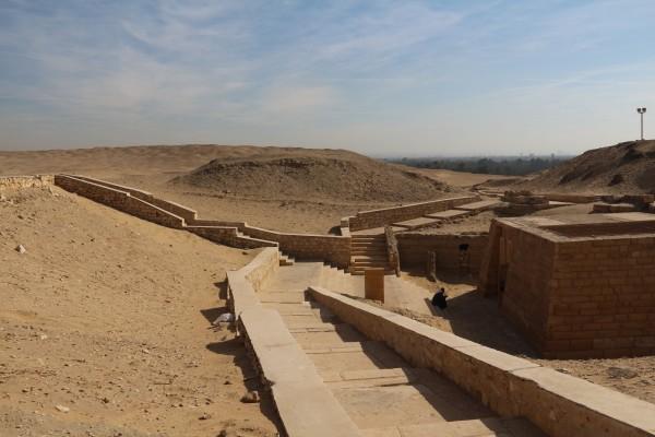 埃及 游记           阶梯金字塔周围有许多走廊和