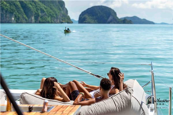 普吉岛 洁白无暇的沙滩,碧蓝见底的海水,随风摆动的椰林,难道这是天堂的景色吗?其实,这是位于印度洋安达曼海上,有泰南珍珠之称的普吉岛上的美景。岛上最南端的神仙半岛Promthep Cape是泰国观日落的绝佳之地,傍晚时分,一路向南来到此地,只要天公作美,会看到非常漂亮的晚霞,通红的天空从海平面缓缓落下,躺在沙滩椅上享受这一切,神仙半岛两侧的奈汉海滩Nai Han Beach和拉威海滩Rawai Beach也非常不错;岛上有许多适合潜水的静静海域,吸引世界各地的潜水爱好者。