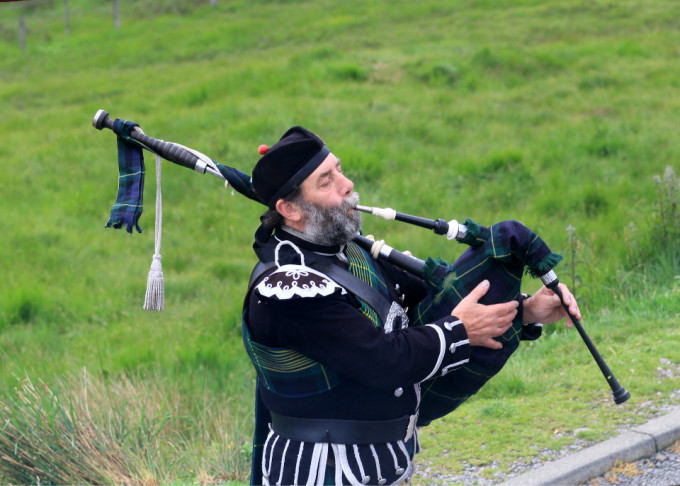 苏格兰高地的孤独风笛手