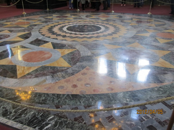 样的理石、木质拼接地板,应该是某种俄罗斯传统图样(介绍上写