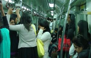 【新德里图片】德里坐地铁女士享受专乘车厢