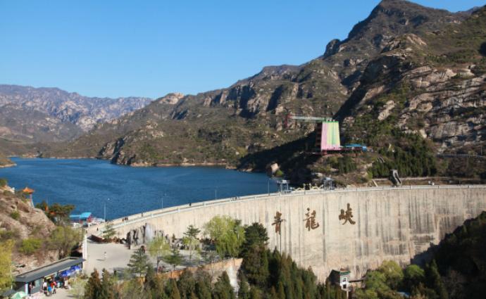 青龙峡谷内青山环抱绿水,还有保存完好的明代古长城敌楼,是北京市民