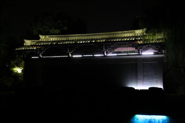 神采飞扬游乐公园,后面就是火车站了.   桥下好不热闹啊!   相比西