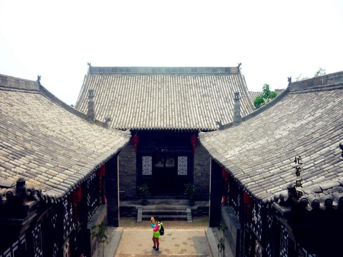 左右厢房为木结构单坡瓦顶,坡向内院.