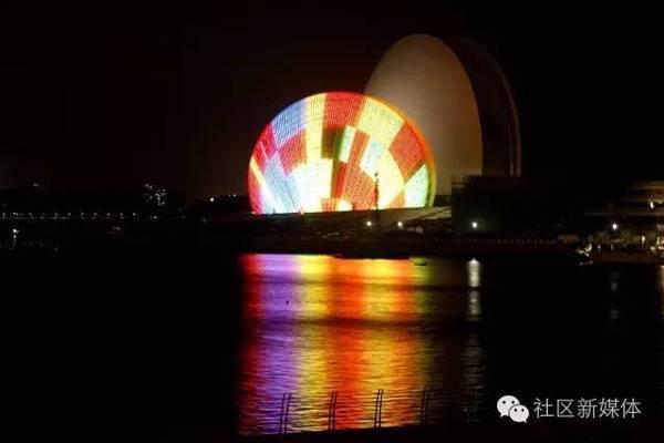 海滨泳场新标志,地中海风格灯塔. 新地标,大剧院,俗称大贝壳的夜景.