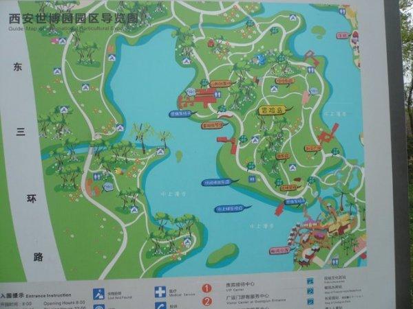资料: 自然馆位于锦绣湖畔,是西安世博园内的植物温室,主要展示地球上不同地域、不同气候带的珍稀植物及生态景观。总建筑面积5316平方米。 自然馆处于许多特色景观的交会点,用以展示多种类植物及其生态景观,以及不同气候带下的典型植物景观。建筑半埋地下立面材料选用玻璃,木材与少量混凝土结合,倚山而建、层层叠叠,与地形完美结合,保证在建筑室内可以从不同高度领略湖面和对岸的美景。整个展馆分为两层,一层为热带雨林植物展示区、特色植物展示区,二层为沙漠植物展示区、珍稀植物展示区,展示了榕树、菩提树、黑黄檀、箭毒木、阴香