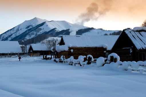 早餐后乘越野车赴喀纳斯景区,从禾木到喀纳斯,到白哈巴,静谧的雪原,淳朴的图瓦村民,这一方纯净的冰雪世界,人们固守着古老的生活方式,用原始的方式表达着对上天的敬畏。气势磅礴的莽莽雪原,晶莹剔透的桦林雾凇,白雪皑皑的冰湖,炊烟袅袅的村庄,水墨世界的禾木,晨雾弥漫的神仙湾,寂静安详的白哈巴,还有图瓦人的马拉爬犁,这些构筑了喀纳斯的绝世胜景。喀纳斯的冬天是一个黑白分明的世界,不像春天那样清澈透明,夏天那样碧波荡漾,秋天那样浓绿尽染,但却冰清玉洁、银装素裹,恬静而又寂寞,沉静而又漫长。 这一路我们边走边拍边玩,大概