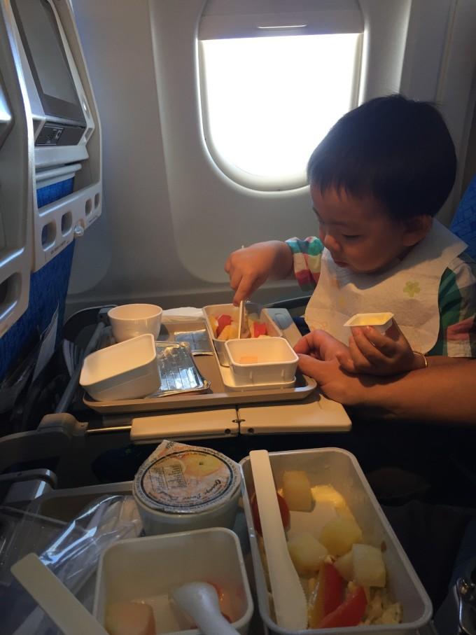 婴儿车小的话可以带上飞机,不办托运的话上机之前乘务员会帮你放起来