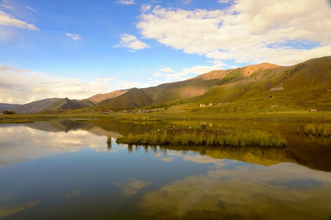 回到川藏线继续向西,就来到可远观而不必近看的姐妹湖。 翻过海子山后眼前会豁然开朗,美丽的姐妹湖就展现在眼前,为此专门修建了观景平台,在观景平台可以非常好的欣赏美景。其实这两个湖面不在一个平面上,当开车下山从她身边经过时,只能看到一个湖面,没有必要停车。