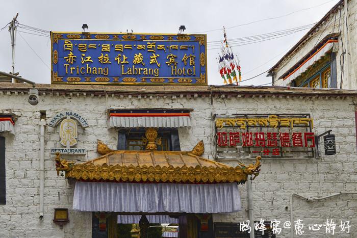 餐厅带有浓郁的藏式风格,二楼有藏族歌手在吧台旁献演节目,客人以外国图片