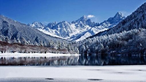 整个木格措风景区以高山湖泊及温泉为主要特色