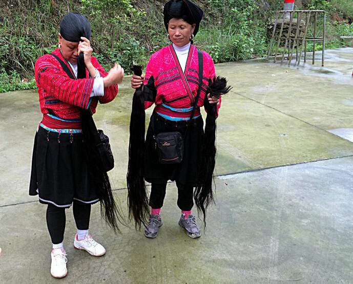 有中国第一长发村的美称,2002年,这个村寨还获得了群体留长发的吉尼斯图片