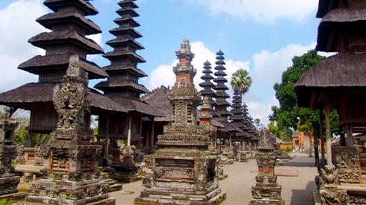 走进印尼,走进巴厘岛 湛蓝的天空,无暇的白云……这就是你对巴厘岛的印象?其实巴厘岛有众多旅游资源,海神庙(Tanah Lot)是巴厘岛最重要的海边庙宇之一,百度库、乌布皇宫,孟威皇族寺庙,情人崖带你感受巴厘岛的文化底蕴。 火山爆发后的山中湖,格外宁静 孟威皇族寺庙,印尼最美的寺庙 巴厘岛最著名的海神庙,不得不去  优雅而宁静的山中湖 百度库(BEDUGUL)又称山中湖,位于巴厘岛中部,在浓雾的覆盖下而显得格外宁静。布拉坦火山曾是个很大的火山。火山大约在二万多年前大爆发, 大火山