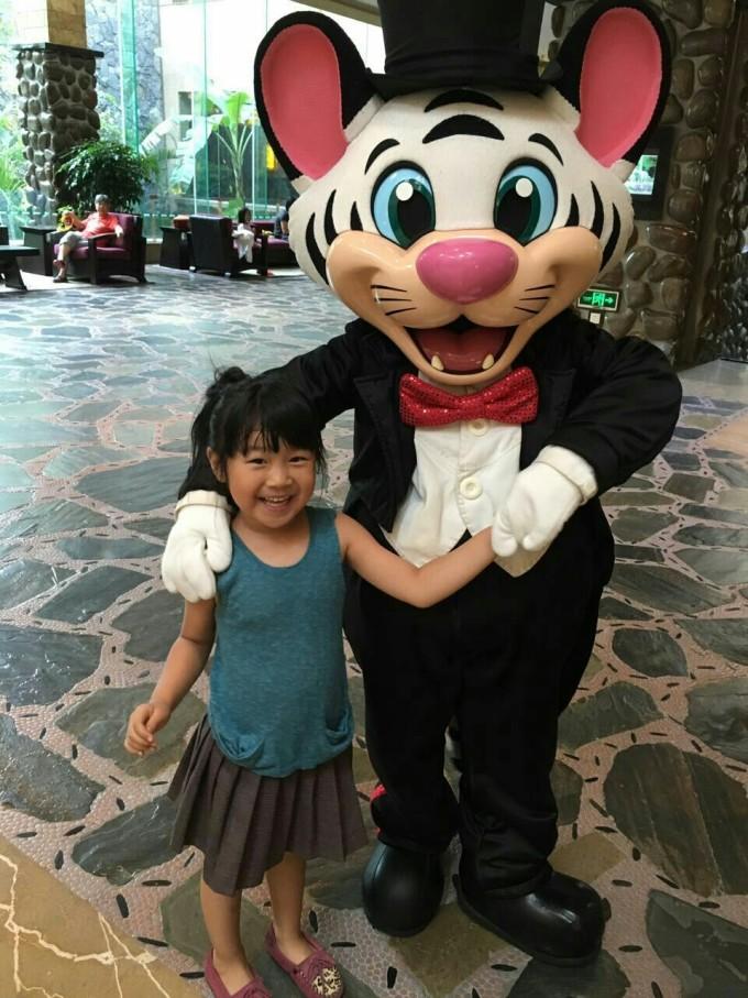酒店里的动物人偶 给小盆友发小礼物的小丑…… 闺女的最爱,白虎卡卡