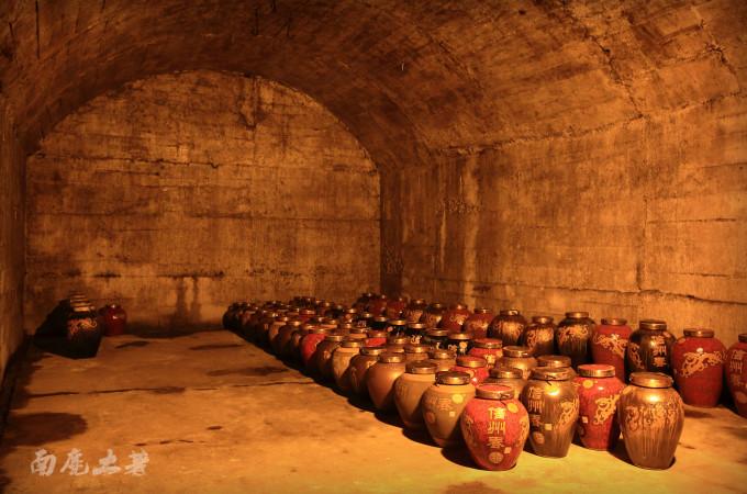 午后,酒厂带我们来到他们储酒的山洞,走进酒窖,阵阵酒香扑鼻而来。据史料记载,4000多年前,夷狄酿酒开始就运用洞藏贮存原酒。管理酒窖的老伯说:山洞内藏冬暖夏凉,常年恒温恒湿,负氧离子、水份含量多,适合各种微生物生长,对净化酒体、增加酒体的柔棉度起到很好的作用。信州酒厂租用上饶当年战备时修建的防空洞,储存原酒,再根据不同的年份进行销售。