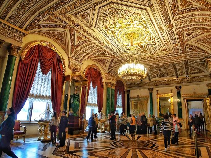 洛可可风格.摆放着几组当年皇室使用过的沙发椅子.